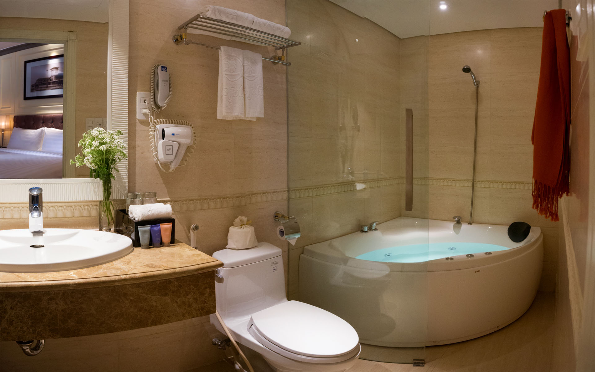 JUNIOR SUITE with Jacuzzi in bathroom
